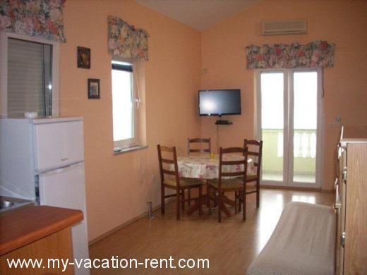 Appartamenti ku a lora apartmani od 30 euro posedarje for Appartamenti barcellona 20 euro a notte